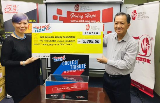 Joon Tan, Carpe Ri co-founder (left) presenting the mock cheque to Mr Chua Hong Wee, National Kidney Foundation CEO (right)